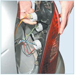 Снятие заднего фонаря, замена ламп автомобиля Лада Приора Ремонт электрооборудования
